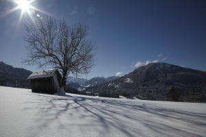silke tauchert/neuschnee/berge/hütte/winter